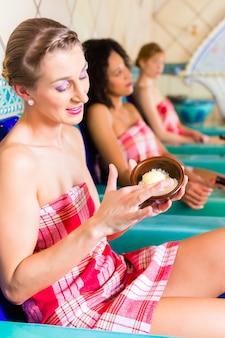 Kobiety w łaźni parowej hammam z peelingiem wellness