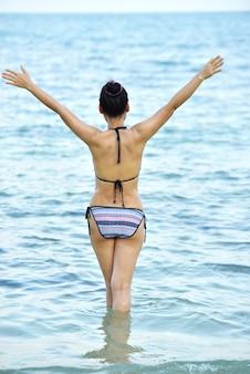 Kobiety w modnych strojach kąpielowych na piaszczystej plaży