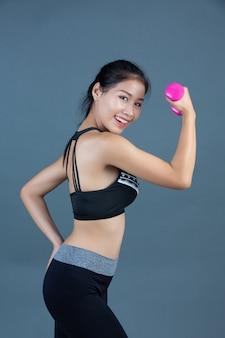Kobiety w odzieży fitness trzymają hantle