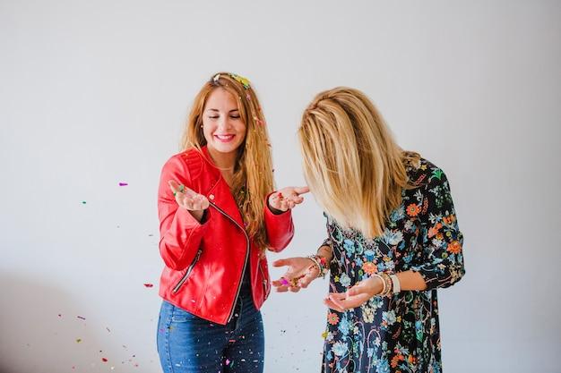 Kobiety w rozżarzonych konfetti