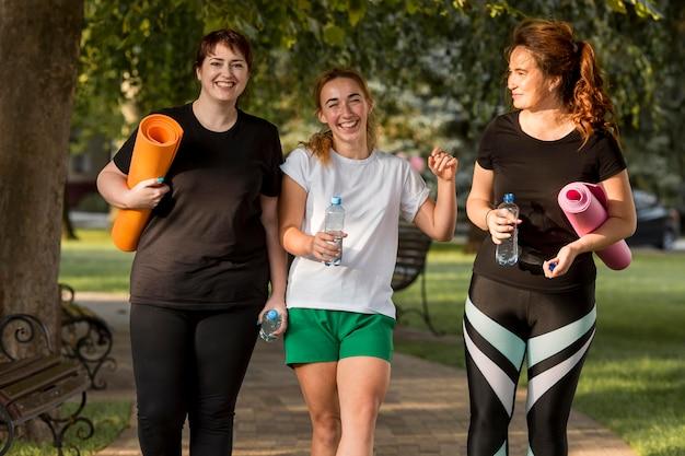 Kobiety w strojach sportowych rozmawiają na zewnątrz