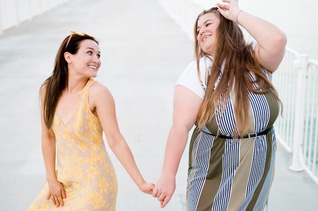 Kobiety w ubranie, trzymając się za ręce
