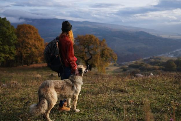 Kobiety wędrowców obok psich spacerów w górach jesień las