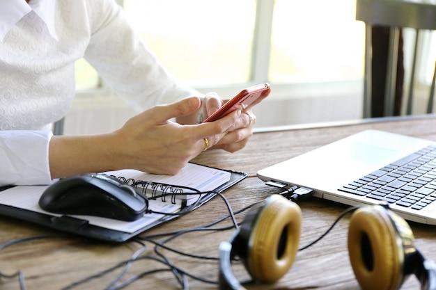 Kobiety, wskazując ekran laptopa i człowiek pisania laptopa na stół z drewna, internet rzeczy