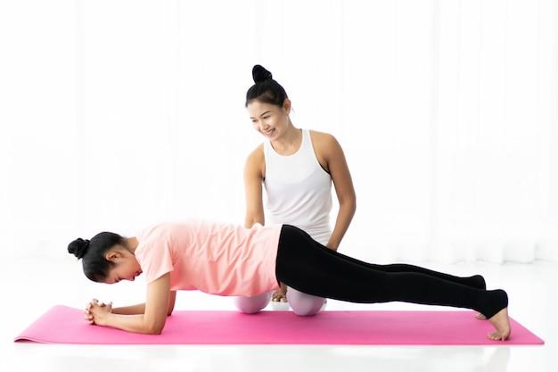 Kobiety wspólnie ćwiczą jogę, pojęcie odnowy biologicznej, zdrowego życia i zdrowej aktywności w codziennym stylu życia.
