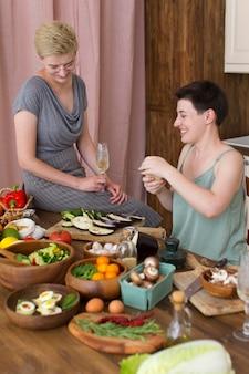 Kobiety wspólnie gotujące w domu
