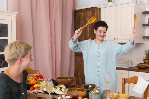 Kobiety Wspólnie Gotujące W Domu Darmowe Zdjęcia
