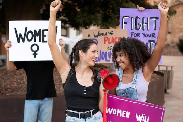 Kobiety wspólnie protestują o swoje prawa