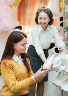 Kobiety wybierają białe buty w sklepie