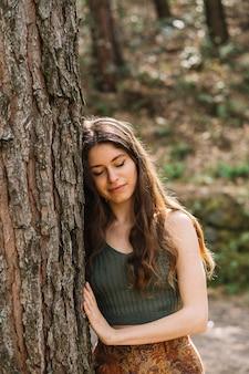 Kobiety wzruszający drzewo z ręką