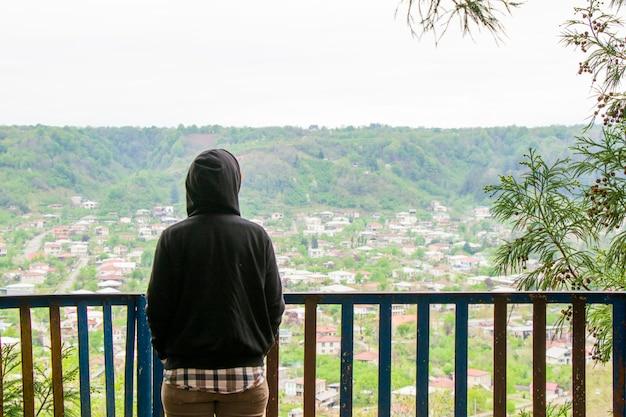 Kobiety z dorywczo tkaniny patrząc widok miasta w gruzji