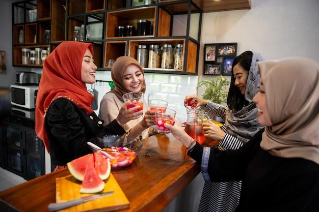 Kobiety z hidżabu cieszą się słodkim napojem, gdy szybko się zrywają
