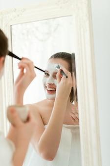 Kobiety z kosmetykami do twarzy