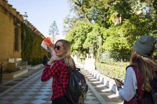 Kobiety z mapy spaceru w pięknym parku
