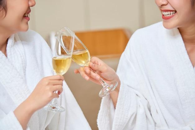 Kobiety z szampanem podczas zabiegu spa