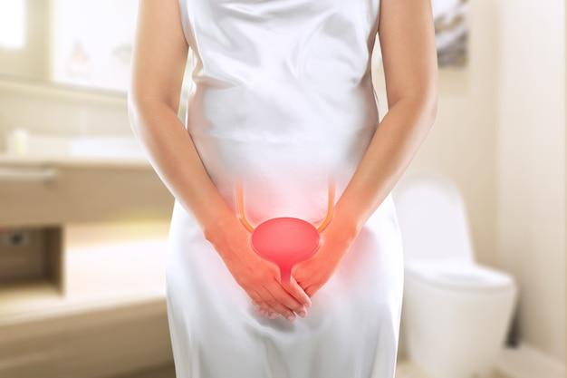 Kobiety z zapaleniem cewki moczowej i nietrzymaniem moczu. kobieta z rękami trzymającymi się za krocze