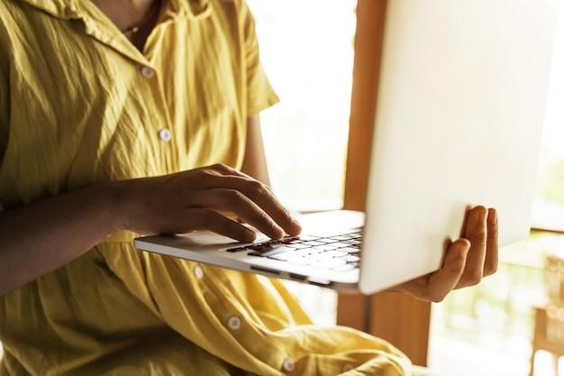 Kobiety za pomocą laptopa na zakupy online przed pobudką, kobiety biznesu z laptopem