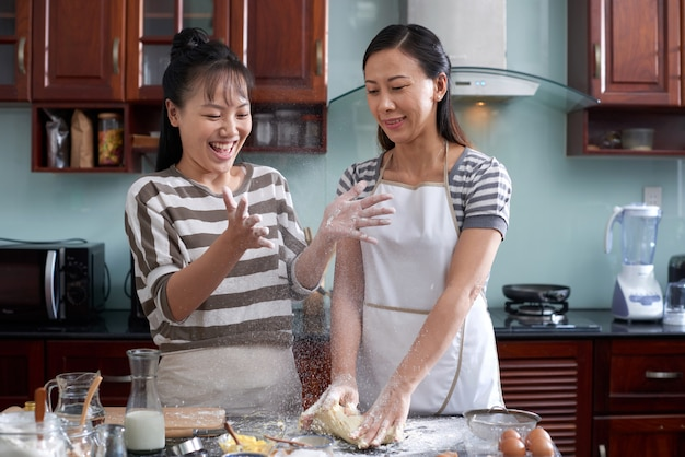 Kobiety zabawy w kuchni