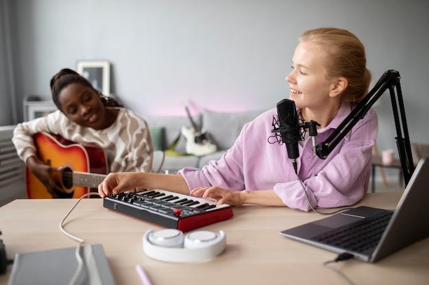 Kobiety ze średnim strzałem tworzą muzykę