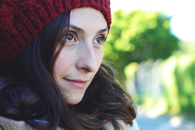 Kobiety zimy portret przeciw ściana z cegieł.