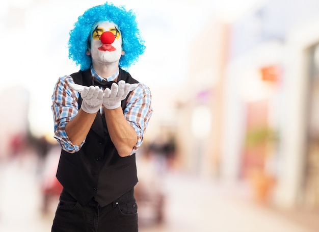 Kochać clown wysyłania kiss