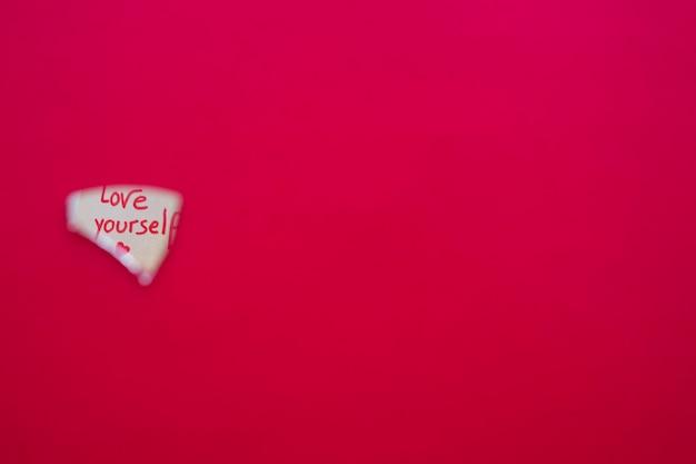 Kochaj siebie napis w lustrzanym odbiciu