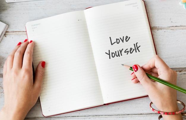 Kochaj siebie szczęśliwa inspirująca koncepcja