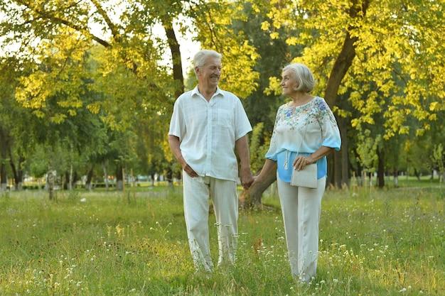Kochająca dojrzała para na spacerze w parku latem