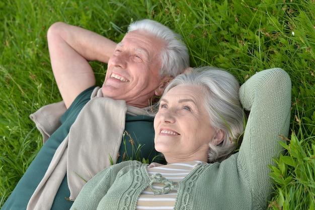 Kochająca dojrzała para w letnim parku