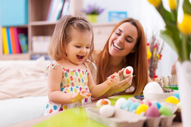 Kochająca matka i jej dziecko malowanie pisanek