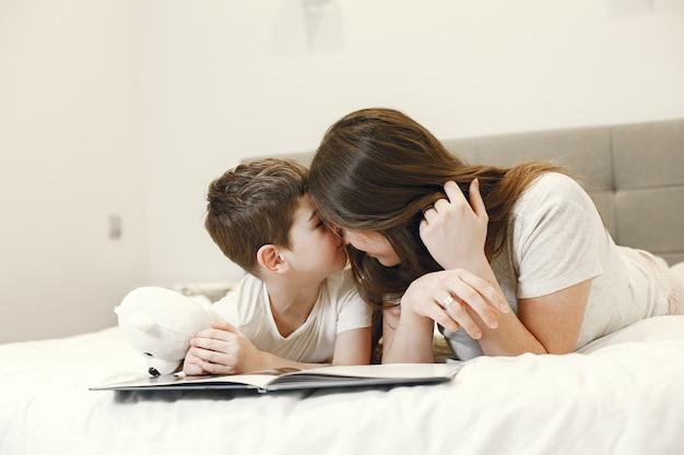 Kochająca matka i syn leżąc na łóżku.