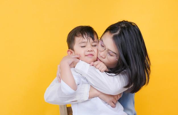 Kochająca matka i syn przytulanie