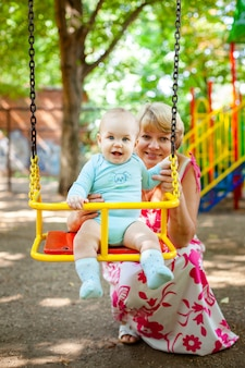Kochająca matka przytula swojego małego syna na placu zabaw. portret pięknej matki z dzieckiem