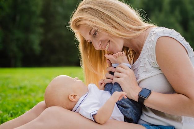 Kochająca matka z jej nowonarodzonym dzieckiem na jej rękach.