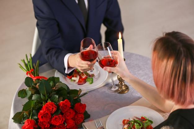 Kochająca młoda para podczas romantycznej randki w restauracji?