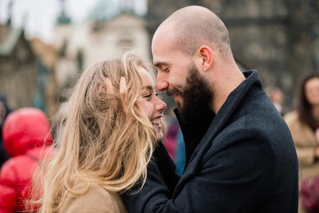 Kochająca młoda para spacerująca po pradze, republika czeska