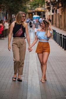 Kochająca para lesbijek na ulicy barcelony. koncepcja lgtb