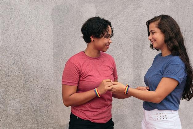 Kochająca para lesbijek na ulicy. koncepcja lgtb