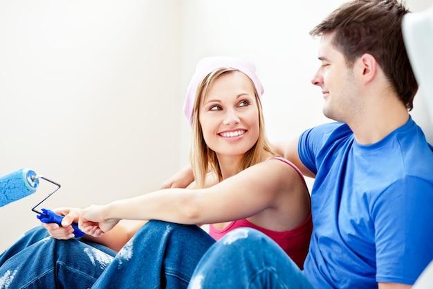 Kochająca para maluje pokój