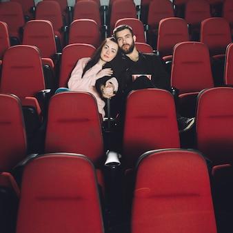 Kochająca para ogląda film w kinie