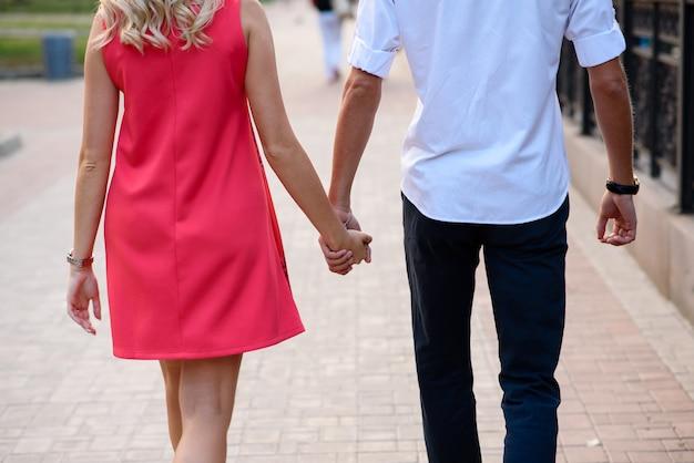 Kochająca para przytula się i spaceruje po parku.