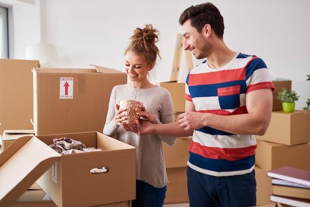 Kochająca para rozpakowująca rzeczy z kartonów