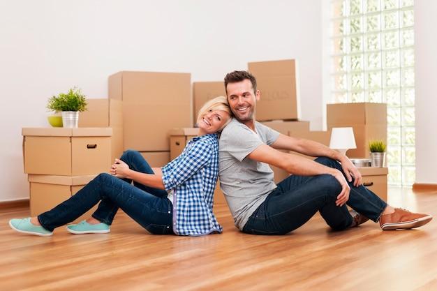 Kochająca para siedzi w swoim nowym mieszkaniu
