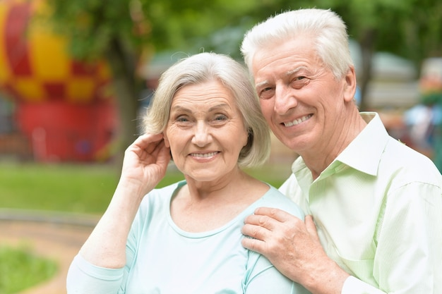 Kochająca para starszych w letnim parku