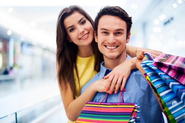 Kochająca para w centrum handlowym
