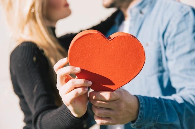 Kochająca para z dekoracyjnym sercem