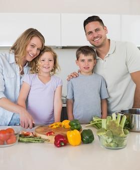 Kochająca rodzina sieka warzywa w kuchni