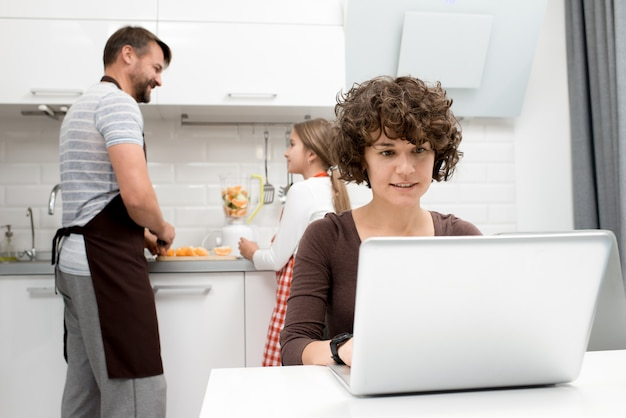 Kochająca rodzina spędza poranek w kuchni