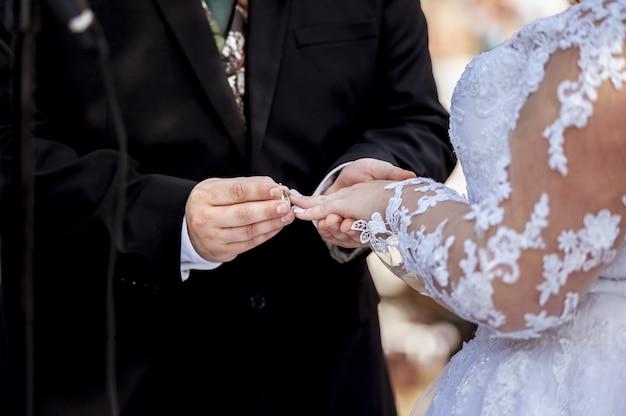 Kochająca się para wychodzi za mąż na zewnątrz