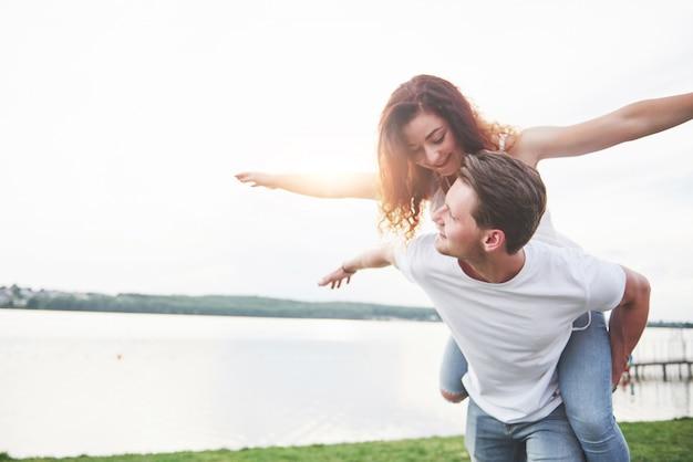 Kochająca śmieszna figlarnie szczęśliwa para na plaży.